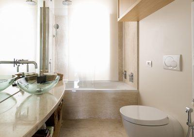Bagno-piano in marmo- rivestimento vasca
