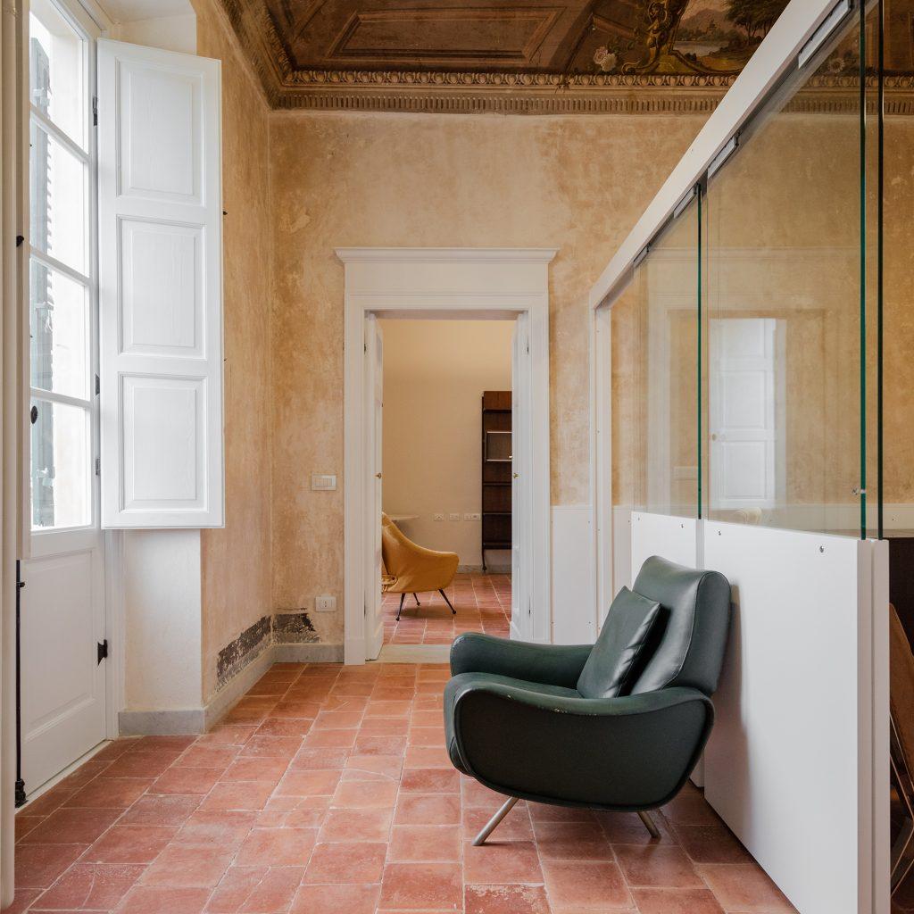 Ingresso palazzo via Roma a Sassari - Foto Joao Morgado